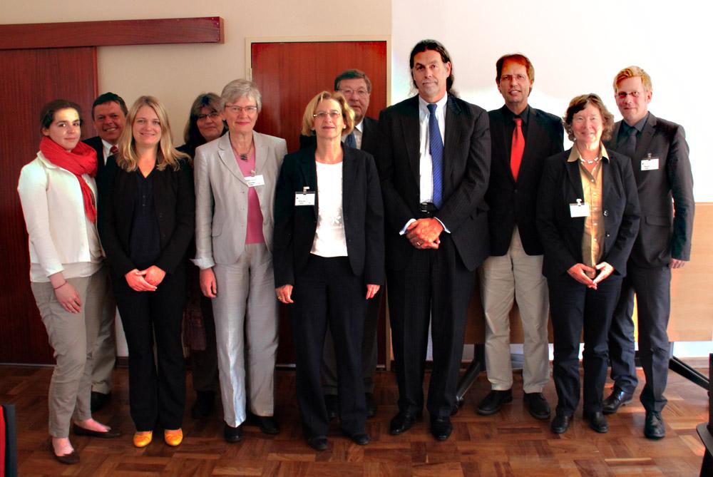 Der deutsche Botschafter Walter J. Lindner (4. von rechts) empfängt uns in Pretoria