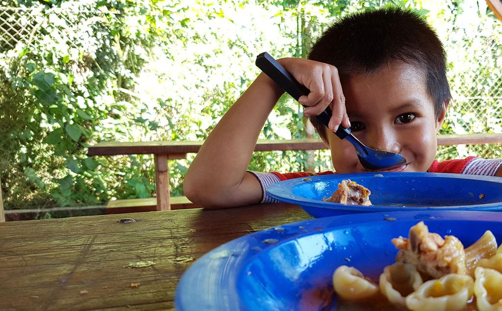 Zum Schluss des Schultages bekommt jedes Kind ein schmackhaftes Mittagessen.
