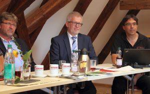 """Dr. Martin Brändl von der Projektstelle """"Neue Aufbrüche"""", Dekan Wolfgang Vögele und Tobias Merckle (von links)"""