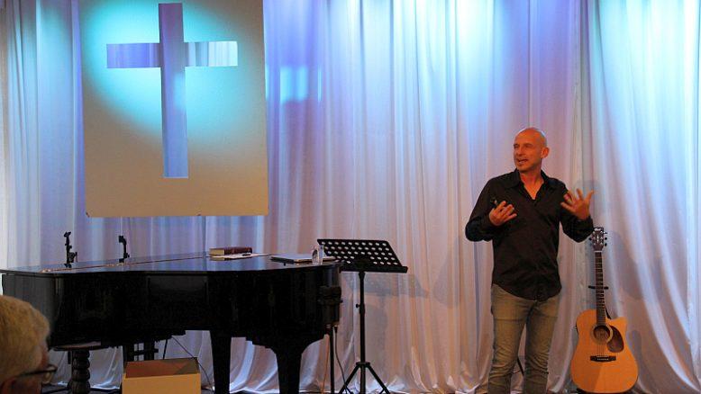 "Tobi Becker begeistert in der ""Jesus_AG"" in Ludwigsburg viele junge Leute."
